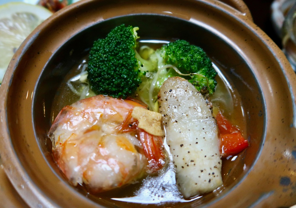 A litlte hot pot of fish, prawns and broccoli in a bit of oil - the first oil we got to see